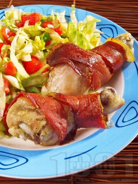 Печени пикантни пилешки бутчета в бекон - снимка на рецептата